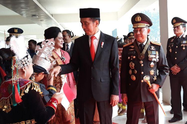 Presiden Joko Widodo didampingi oleh Kapolri Jenderal Pol Tito Karnavian usai menghadiri acara Hari Bhayangkara ke-72 di Istora Senayan, Jakarta, Rabu (11/7/2018).