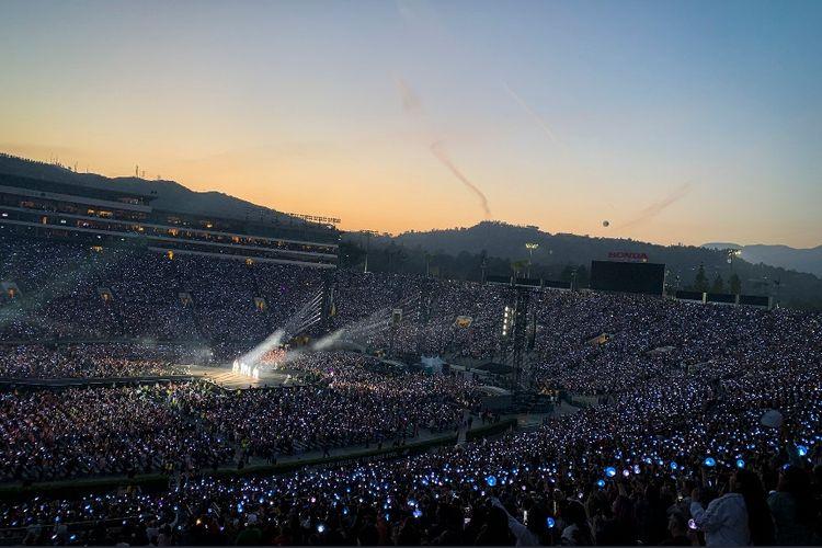 Lebih dari 50.000 orang menyaksikan konser BTS bertajuk Love Yourself: Speak Yourself yang diselenggarakan di Rose Bowl Stadium, Los Angeles, AS, Sabtu (4/5/2019).