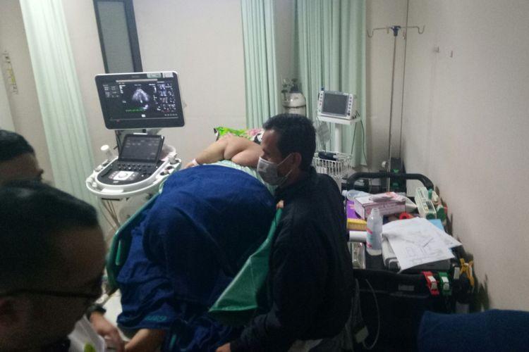 Sunarti (39) tampak terbaring miring saat tengah diperiksa petugas medis RSHS Bandung.