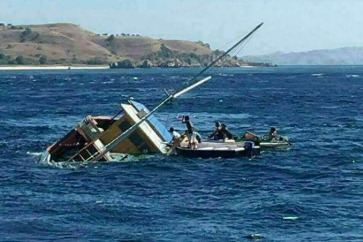 kapal layar motor Versace Jaya yang mengangkut 19 orang penumpang, tenggelam di Perairan Pulau Padar, Kecamatan Komodo, Kabupaten Manggarai Barat, Nusa Tenggara Timur (NTT), Minggu (30/7/2017).