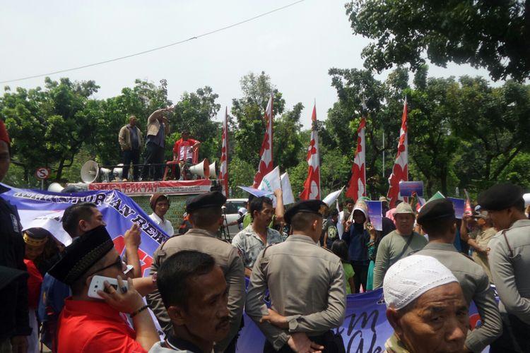 Aksi unjuk rasa meminta Gubernur DKI Jakarta Anies Baswedan dan Wakil Gubernur Sandiaga Uno membatalkan reklamasi di Balai Kota, Jalan Medan Merdeka Selatan, Selasa (17/10/2017).