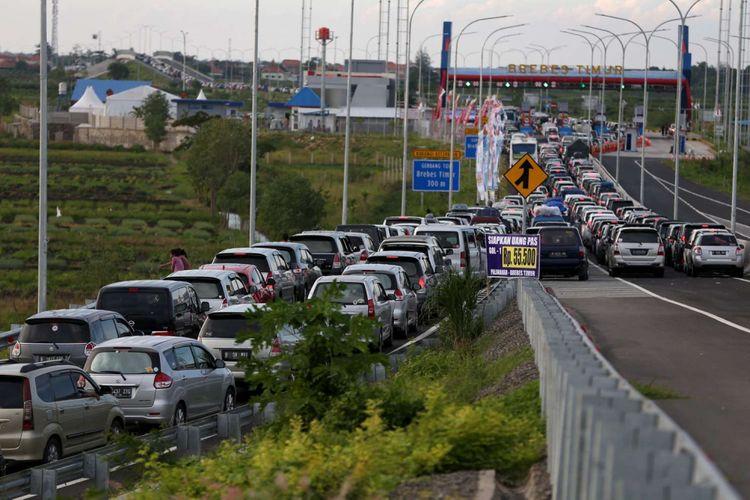 Kemacetan mengular sepanjang 18 kilometer di ruas tol Pejagan - Brebes Timur, Jawa Tengah, Jumat (01/07/2016). Puncak arus mudik diperkirakan terjadi pada H-3 lebaran. KOMPAS IMAGES/KRISTIANTO PURNOMO