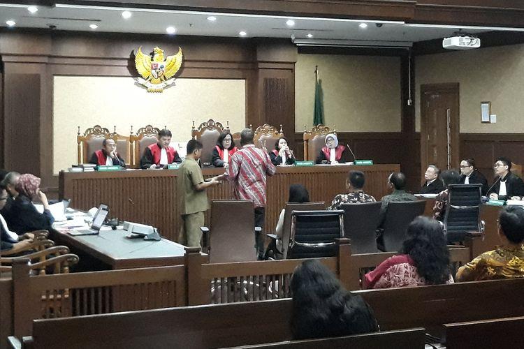 Kepala Satuan Kerja Sistem Penyediaan Air Minum (SPAM) Strategis Anggiat Partunggul Nahat Simaremare diambil sumpahnya di Pengadilan Tipikor Jakarta, Senin (15/4/2019).