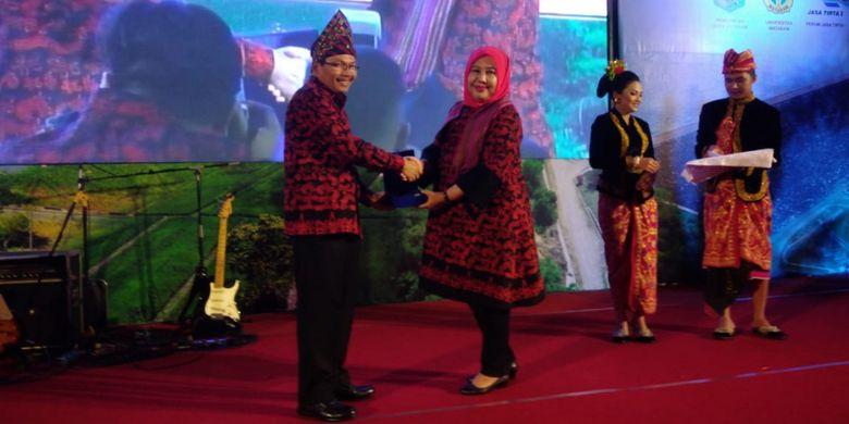 Sekretaris Daerah Provinsi Nusa Tenggara Barat Rosiady Husaenie Sayuti menerima penghargaan dari Sekretaris Jenderal  Kementerian Pekerjaan Umum dan Perumahan Rakyat (PUPR) Anita Firmanti dalam Seminar Bendungan Besar Nasional di Lombok, Nusa Tenggara Barat, Jumat (25/5/2018).