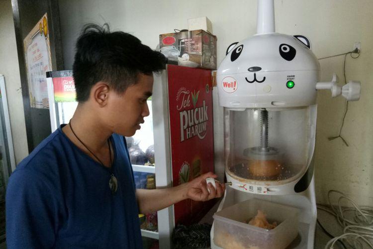 Mesin es serut yang digunakan untuk membuat manggo snow ice, atau es serut krim mangga.
