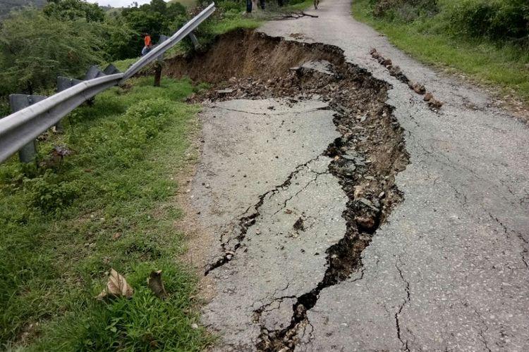 Jalan Trans Seba-Liae di Desa Raimueda, Kecamatan Sabu Barat, Kabupaten Sabu Raijua, Nusa Tenggara Timur (NTT) putus akibat tanah longsor, Minggu (14/1/2018)