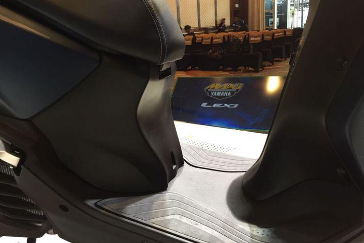 Desain lantai Yamaha Lexi 125 bisa buat angkut botol galon.