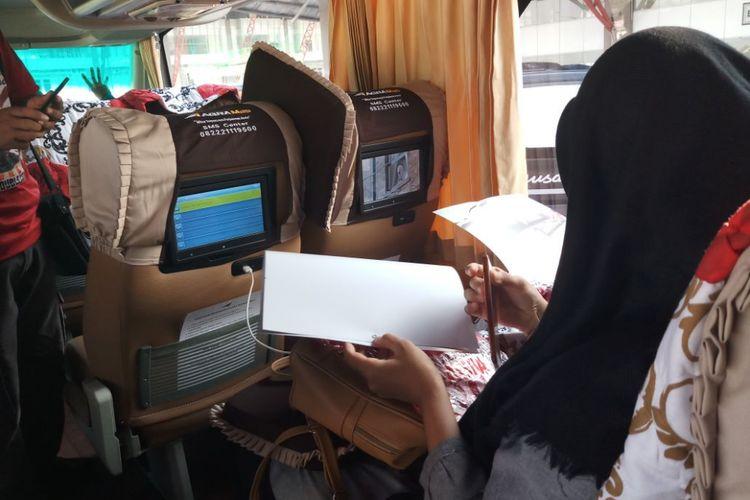 Fasilitas headrest monitor dan port USB pada kursi yang digunakan oleh PO Agra Mas untuk bus tingkat AKAP rute Jakarta-Jepara.