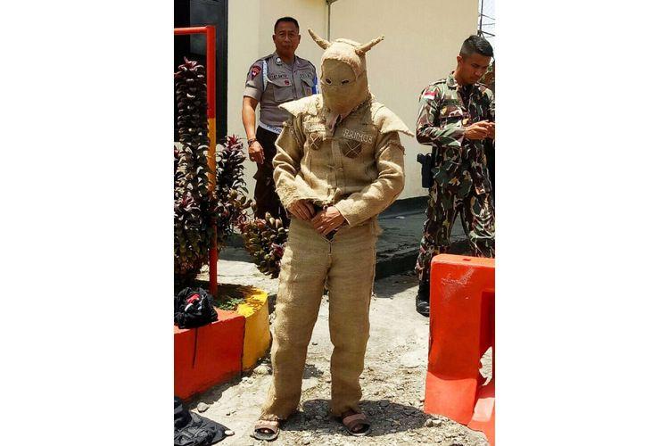 Seorang pria berpakaian aneh ditangkap karena menerobos Markas Brimob di Palu, Sulawesi Tengah, Senin (26/2/2018).