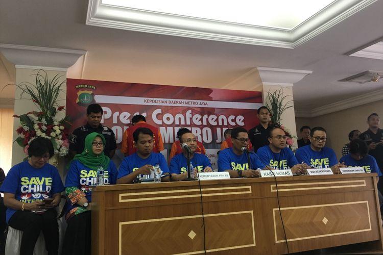 Polisi tangkap tiga pelaku kasus pornografi anak melalui media sosial, Polda Metro Jaya, Jakarta, Minggu (17/9/2017).