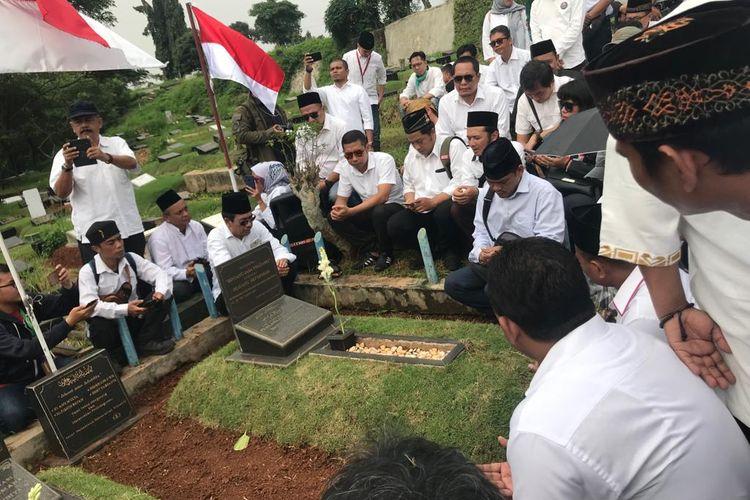 Aktivis yang menamakan diri Rembug Nasional Aktivis 1998 berziarah ke makam empat mahasiswa yang menjadi korban Tragedi Trisakti, di TPU Tanah Kusir, Jakarta Selatan, Minggu (12/5/2019).