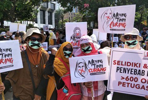 Emak-Emak Peserta Aksi di MK Pakai Masker Bertanda 'X', Apa Maksudnya?