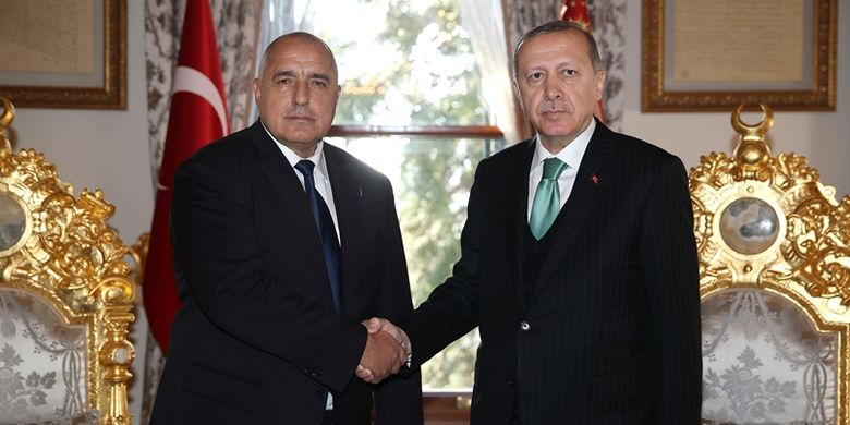 Foto ini dirilis oleh kantor pers presiden Turki pada Minggu (7/1/2018) di Istanbul, menunjukkan Presiden Turki Recep Tayyip Erdogan (kanan) berjabat tangan dengan Perdana Menteri Bulgaria Boyko Borisov (kiri). (AFP)