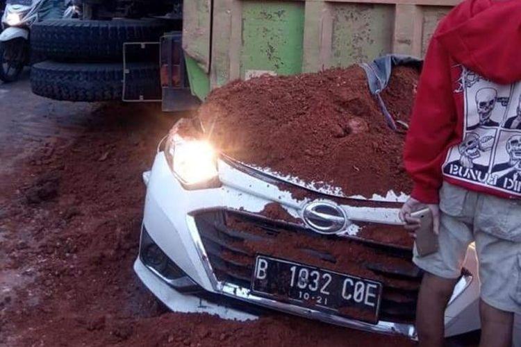 Kecelakaan truk tanah yang menimpa sebuah mobil Daihatsu Sigra di Jalan Imam Bonjol, Kota Tangerang, Kamis (1/8/2019). Dalam peristiwa ini, 4 orang tewas, dan satu orang balita selamat.