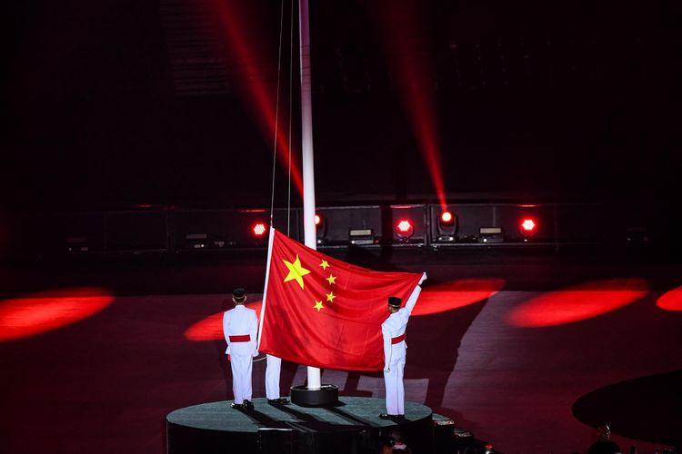 Bendera China berkibar untuk menyambut Asian Games ke-19 di Hang Zhou, China, pada Upacara Penutupan Asian Games ke-18 tahun 2018 di Stadion Utama GBK, Senayan, Jakarta Pusat, Minggu (2/9/2018).