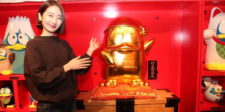 Karekter Donpen (karakter Don Quijote berbentuk penguin) yang terbuat dari emas yang dipercaya sebagai pembawa keberuntungan di area tempat naik bianglala raksasa bernama ?Ebisu Tower? yang ada di Don Quijote cabang Dotonbori, Osaka, Jepang