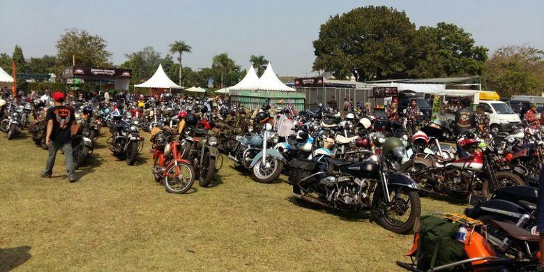 Deretan motor Harley Davidson klasik yang mengikuti gelaran Indonesia Heritage Motorcycle 2018 di kawasan Candi Prambanan, Yogyakarta, Sabtu (21/7/2018).