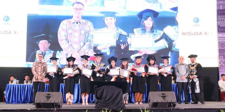 Rektor Universitas Multimedia Nusantara (UMN) Ninok Leksono hari ini (1/12/2018) mewisuda 866 mahasiswa dalam acara Wisuda XIV UMN di Indonesia Convention Exhibition (ICE) BSD-Tangerang.