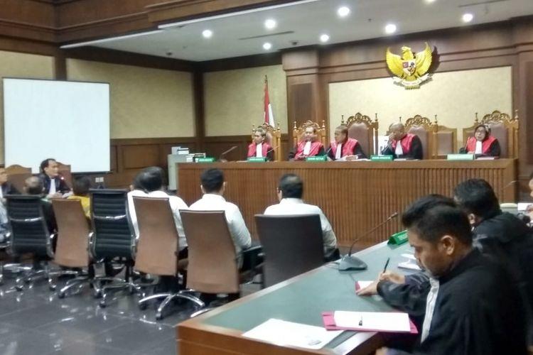 Sebanyak tujuh anggota DPRD Sumatera Utara periode 2009-2014 didakwa menerima suap dari Gubernur Sumatera Utara, Gatot Pujo Nugroho. Persidangan terhadap ketujuh anggota DPRD tersebut digelar di Pengadilan Tindak Pidana Korupsi Jakarta, Kamis (27/12/2018).
