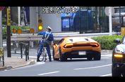 Kocak, Polisi Jepang Kejar Lamborghini Pakai Sepeda