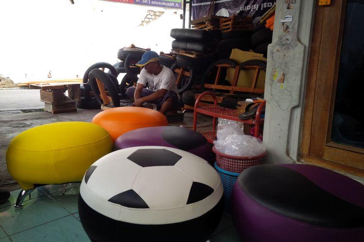 Joko Prasetyo (47) warga Genuk Krajan RT 02 RW 08 Kelurahan Genuk, Kecamatan Ungaran Barat, Kabupaten Semarang menyulap ban mobil bekas menjadi sofa atau kursi-kursi cantik dan laku dijual hingga jutaan rupiah.