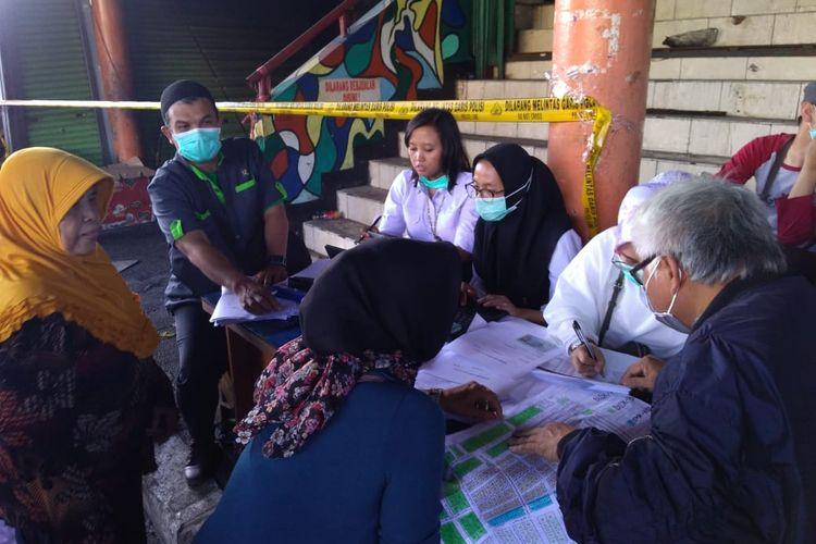 Sejumlah pedagang tengah mengisi data kerugian yang diderita dalam kebakaran Pasar Kosambi, Selasa (21/5/2019).