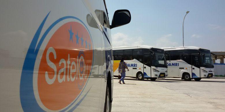 Transportasi minibus Damri dan SatelQu menunggu penumpang Citilink yang tiba di bandara Yogyakarta International Airport (YIA) yang berada di Kecamatan Temon, Kulon Progo, Daerah Istimewa Yogyakarta.