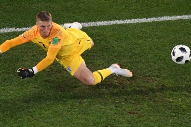 Kiper Inggris, Jordan Pickford, melakukan penyelamatan pada laga kontra Belgia di Kaliningrad, 28 Juni 2018.