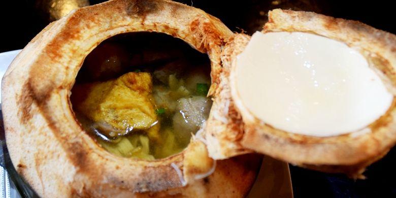 Bakso kelapa muda memberikan cita rasa yang berbeda dengan bakso lainnya.