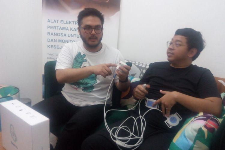 Co-Founder dan CPO Sehati, Abraham Auzan (kiri) memberikan penjelasan tentang alat medis, TeleCTG di kantornya, Jakarta Selatan, Jumat (22/3/2019).