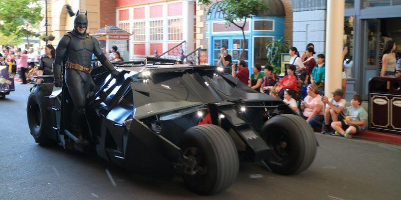 Batman saat karnaval tokoh superhero dan kartun di Movie World, Gold Coast, Australia