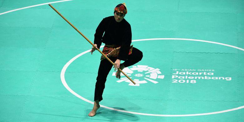 Pesilat Indonesia Puspa Arumsari tampil pada final tunggal putri pencak silat seni Asian Games 2018 di Padepokan Pencak Silat Taman Mini Indonesia Indah (TMII), Jakarta, Senin (27/8/2018).