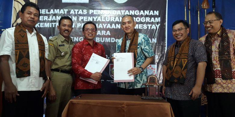 PT Sarana Multigriya Finansial (Persero) menandatangani kerja sama pembiayaan homestay di dua desa wisata Nglanggeran dan Samiran, Jawa Tengah. Penandatanganan dilakukan oleh Direktur SMF Trisnadi Yulrisman dan Ketua BumDes masing-masing Desa, disaksikan Direktur Utama SMF Ananta Wiyogo, Direktur SMF Heliantopo, dan pejabat Ketua Tim Amenitas Kementerian Pariwisata Bambang Cahyo, Senin (11/2/2019).