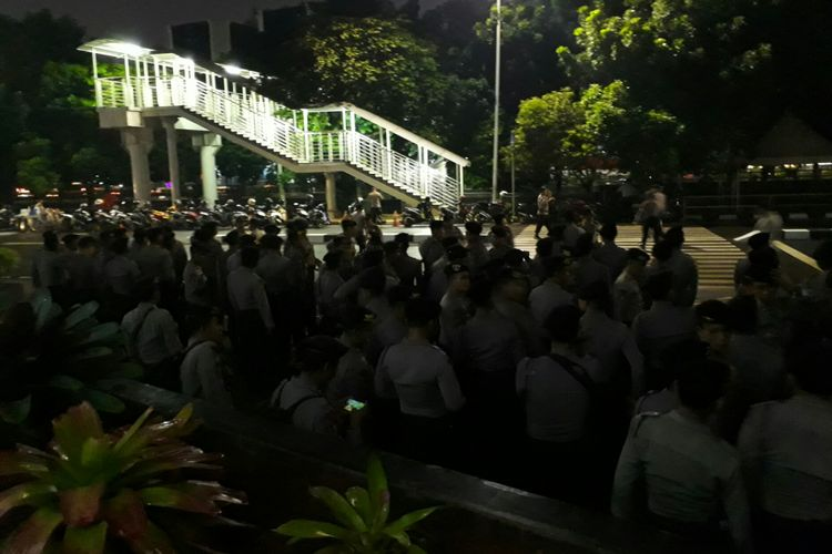 Ratusan anggota brimob dan sabhara di depan KPK, Kuningan, Jakarta. Rabu (15/11/2017)
