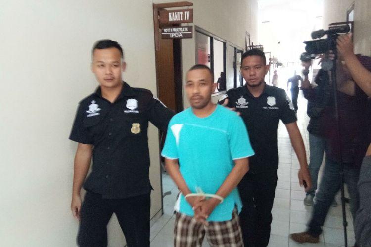 Abdul Rahman Tuasikal digiring ke Sel tahanan Polres Pulau Buru usai menjalani pemeriksaan oleh penyidik Reskrim Polres Buru, Kamis (19/4/208). Abdul ditangkap  terkait kasus pencurian dana nasabah senilai Rp 562 juta.