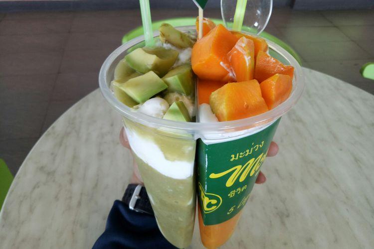 Dessert mangga tersaji dengan dessert alpukat dalam satu tempat twin cup sekaligus.