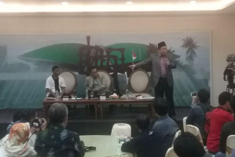 Wakil Ketua Dewan Perwakilan Rakyat Fahri Hamzah dan anggota Pansus Angket KPK Masinton Pasaribu, dalam diskusi di media center DPR, Jakarta, Selasa (14/11/2017).