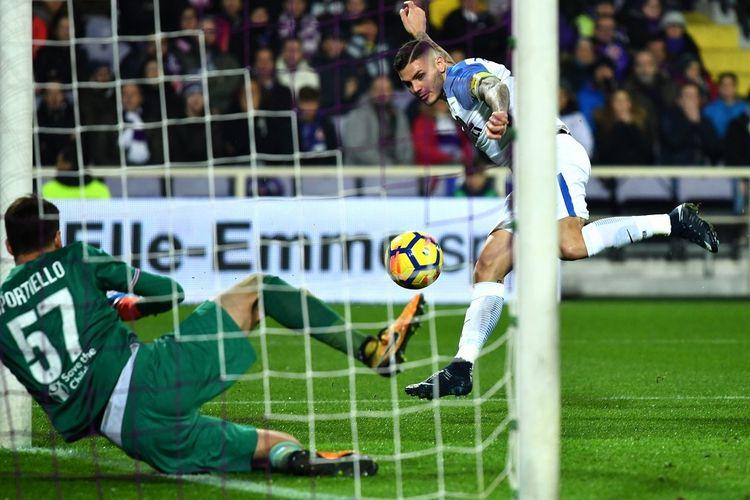 Aksi striker Inter Milan, Mauro Icardi (kanan), saat mencetak gol ke gawang Fiorentina dalam laga Liga Italia 2017-2018 di Stadion Artemio Franchi, Florence, Italia, pada Jumat (5/1/2018).