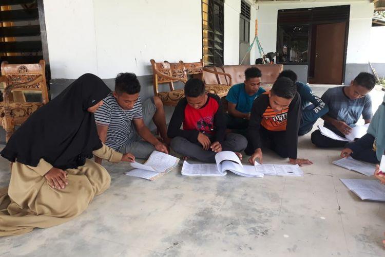 Sejumlah siswa SMA Negeri Pinogu sedang belajar untuk menghadapi Ujian Nasional Berbasis Komputer (UNBK) hari kedua. Pada hari pertama mereka mengerjakan soal Bahasa Indonesia.
