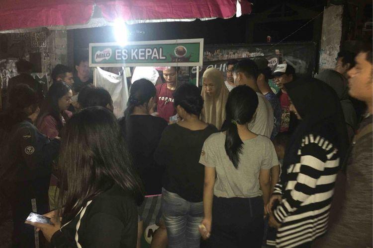 Puluhan warga rela mengantri berjam-jam pada Kamis (19/4/2018) malam hanya untuk membeli sebuah minuman yang sedang viral saat ini. Warga bersedia mengantri demi mendapatkan minuman bernama Es Kepal Milo yang dijual di sebuah lapak kecil yang berada di ruas Jalan Raya Kebayoran Lama, Jakarta Selatan.