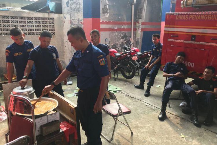 Suasana posko pemadam kebakaran sektor Pasar Minggu jelang Lebaran