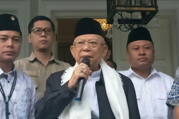 Calon wakil presiden nomor urut 01, Maruf Amin sebelum berangkat ke Pandeglang, Banten untuk menemui korban tsunami Selat Sunda, di Jalan Situbondo, Selasa (25/12/2018).
