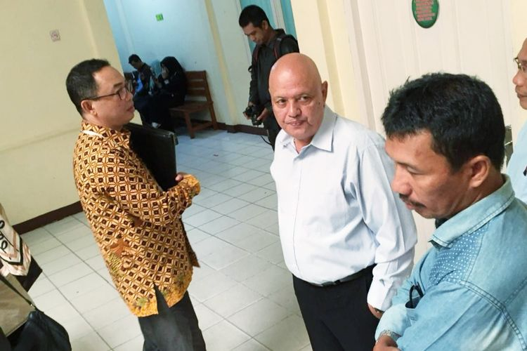 Kuasa hukum AU (14), Daniel Tangkau (tengah) berbicara dengan kuasa hukum ketiga pelaku pengeroyokan Deni Amirudin (kiri), di Kantor Kejaksaan Negeri Pontianak, Kalimantan Barat, Selasa (14/5/2019).