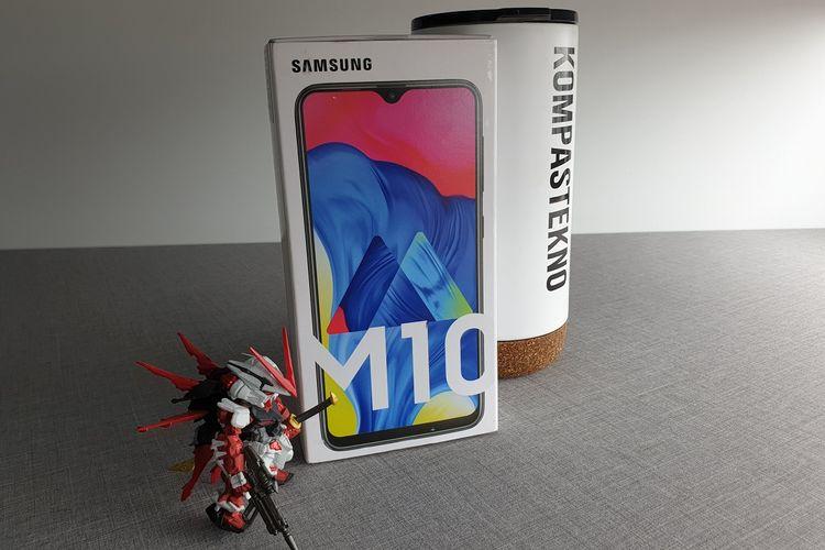 Setelah memperkenalkan seri Galaxy M20, Samsung akhirnya memboyong satu seri lainnya yakni Galaxy M10 ke Indonesia. Ponsel ini memiliki spesifikasi yang lebih rendah dari M20.