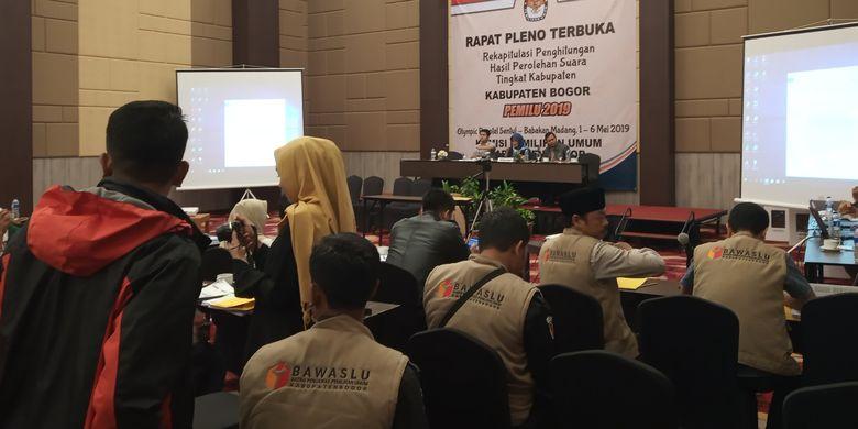 Suasana rapat pleno terbuka rekapitulasi perhitungan hasil perolehan suara tingkat Kabupaten Bogor, di Hotel Olimpic Renotel, Cibinong, Selasa (7/5/2019).
