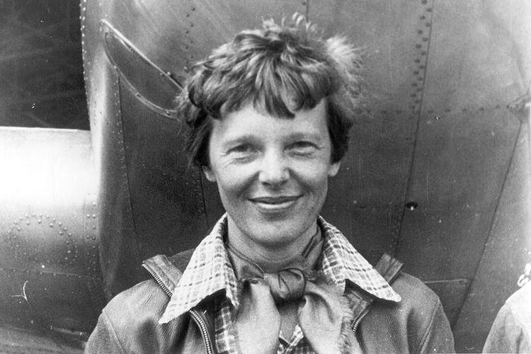Amelia Earhart berfoto di bawah pesawat Lockheed model 10E-Electra yang diterbangkannya dalam upaya keliling dunia yang berakhir setelah dia dinyatakan hilang di Samudera Pasifik.