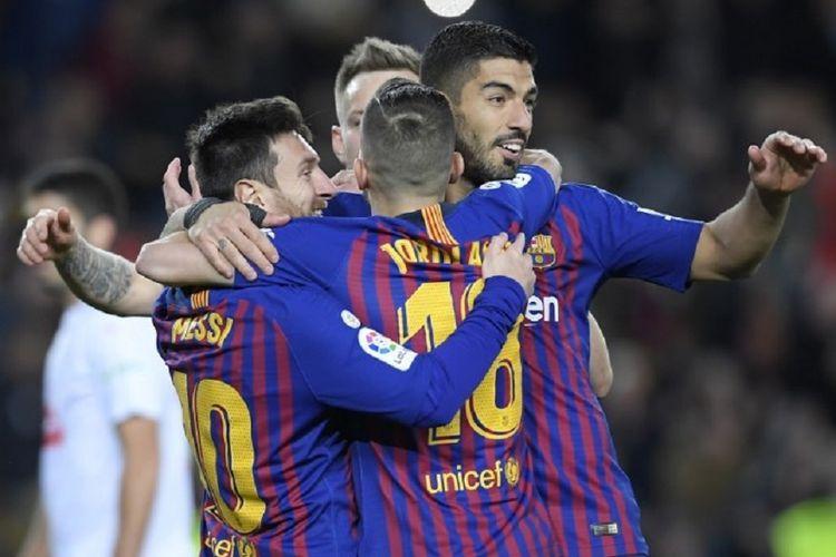 Lionel Messi, Ivan Rakitic, dan Jordi Alba merayakan gol Luis Suarez pada pertandingan Barcelona vs Eibar di Stadion Camp Nou dalam lanjutan La Liga Spanyol, 13 Januari 2019.