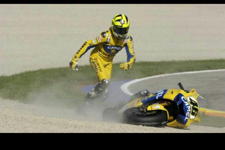 Valentino Rossi saat terjatuh di seri penutup MotoGP musim 2006 di Sirkuit Valencia. Jatuhnya Rossi pada akhirnya membuatnya gagal mengunci gelar juara dunia.