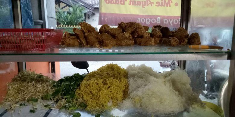 Di Bakso Gulung Bragi ini, Anda bisa memesan ragam jenis bakso gulung. Ada bakso gulung urat, bakso gulung, daging, bakso gulung telur.