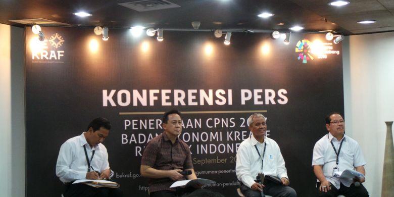 Konferensi pers Badan Ekonomi Kreatif soal penerimaan CPNS. Dalam foto tersebut terdapat Kepala Bekraf Triawan Munaf (pakai batik) dan Sekretaris Utama Bekraf Mesdin Cornelius Simarmata (kiri Triawan), di Kementerian BUMN, Jakarta Pusat, Senin (11/9/2017).